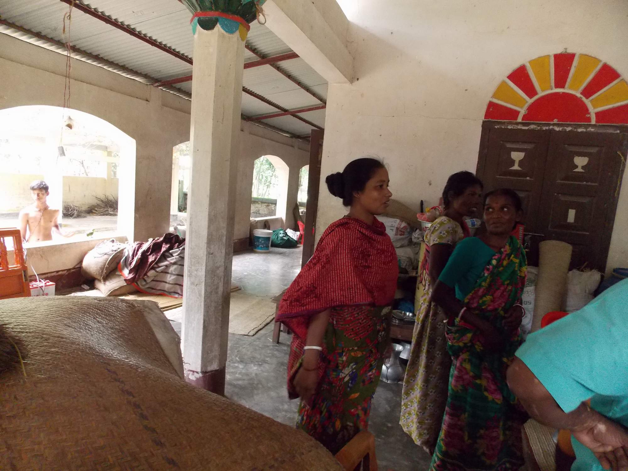 People taken shelter in the church001